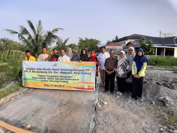 Kegiatan Pengabdian Masyarakat Perbaikan/Rehab Ringan Jalan Bandar Bekali Belakang Kampus ITP